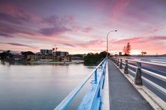Bunter Sonnenuntergang in der Stadt angesehen von der Brücke Stockfoto