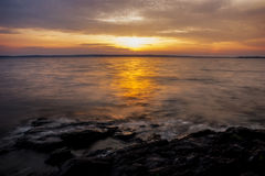 Bunter Sonnenuntergang durch einen See Stockbilder