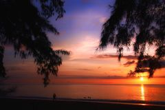 Bunter Sonnenuntergang für einen wunderbaren Weg am Strand stockbild