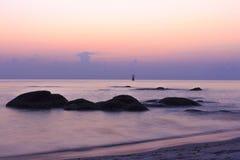 Bunter Sonnenuntergang, Felsen, Strand Stockbild