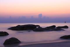 Bunter Sonnenuntergang, Felsen, Strand, Ozean Stockfotografie