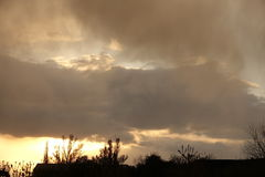 Bunter Sonnenuntergang mit Sturmwolken Stockfoto