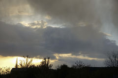 Bunter Sonnenuntergang mit Sturmwolken Lizenzfreies Stockfoto