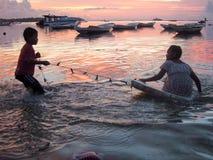 Bunter Sonnenuntergang in Nusa Lembongan auf Indonesien Stockfotografie