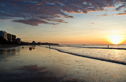 Bunter Sonnenuntergang am Strand im Manta, Ecuador Lizenzfreie Stockbilder