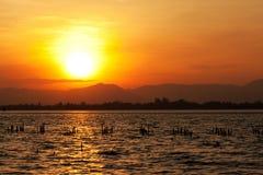 Bunter Sonnenuntergang und Meer Stockfotos