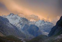 Bunter Sonnenunterganghimmel, -wolken und -berge im Hochtal huge stockfoto