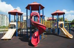 Bunter Spielplatz auf Yard im Park Stockbilder