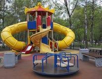 Bunter Spielplatz im Park Lizenzfreies Stockfoto
