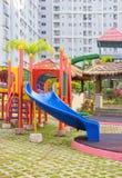 bunter Spielplatz ohne Kinder Stockbild