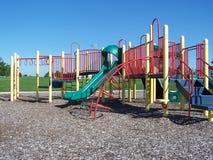 Bunter Spielplatz am Sommer Stockbild