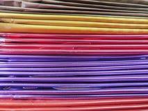 Bunter Stapel reflektierendes vibrierendes Papier in einem Büro vom stationären Speicher lizenzfreie stockfotos