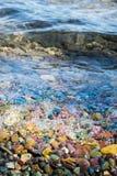 Bunter Stein mit Wasser im Glacier Nationalpark lizenzfreie stockbilder