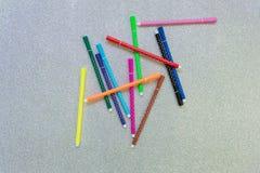Bunter Stift der Streuung auf Funkelnhintergrund Stockfoto