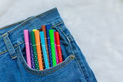 Bunter Stift im Taschenblaubaumwollstoff Lizenzfreies Stockfoto