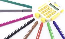 Bunter Stift mit dem Taschenrechner lokalisiert auf Weiß Stockbilder