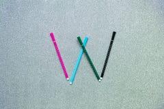 Bunter Stift stellte auf englischen Konsonanten auf gliter Hintergrund ein Lizenzfreie Stockfotografie