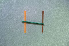 Bunter Stift stellte auf englischen Konsonanten auf gliter Hintergrund ein Stockfotografie