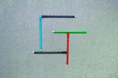 Bunter Stift stellte auf englischen Konsonanten auf gliter Hintergrund ein Stockbild