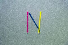 Bunter Stift stellte auf englischen Konsonanten auf gliter Hintergrund ein Stockfotos