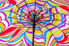 Bunter Strand-Regenschirm Lizenzfreie Stockfotos