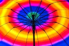 Bunter Strand-Regenschirm Stockfoto