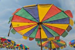 Bunter Strand-Regenschirm Stockfotografie