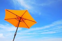 Bunter Strandregenschirm. Stockbild