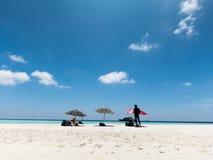 Bunter Strandschirm, weißer Strand und blauer Himmel Lizenzfreie Stockfotos
