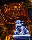 Bunter Tempel mit der Löwe-Statue Lizenzfreie Stockfotografie