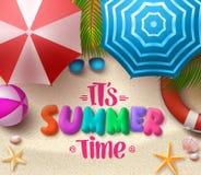 Bunter Text des Sommerzeit-Vektors im Sand mit Strandschirmen lizenzfreie abbildung