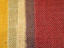 Bunter Textilhintergrund in der Vertikale Stockfotografie