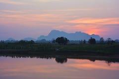 Bunter tropischer Sonnenuntergang über Salween-Fluss Hpa-An, Myanmar Stockfotografie