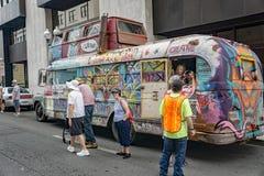 Bunter und ungewöhnlicher Hippie-Bus stockfotos