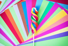 Bunter verdrehter süßer Lutscher mit farbigen Papieren Stockfoto