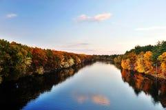 Bunter Wald und Himmel des Herbstes, die im ruhigen Fluss sich reflektiert Lizenzfreie Stockfotografie
