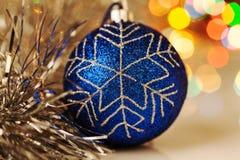 Bunter Weihnachtsball auf festlichem bokeh Hintergrund Stockbild