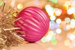 Bunter Weihnachtsball auf festlichem Hintergrund Lizenzfreie Stockfotografie