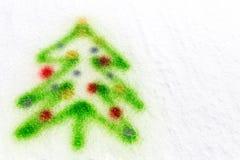 Bunter Weihnachtsbaum, gesprüht in den Schnee Lizenzfreie Stockfotografie