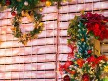 Bunter Weihnachtsbaum und Kranz-Dekoration Lizenzfreie Stockfotos