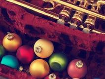 Bunter Weihnachtsflitter mit einer alten Trompete lizenzfreies stockfoto