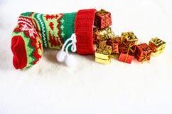 Bunter Weihnachtsstrumpf und viele Geschenke Lizenzfreie Stockfotos