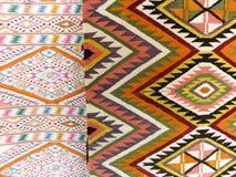 Bunter Wolldeckenhintergrund unterteilte in zwei Abschnitte Stockbilder
