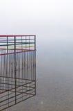 Bunter Zaun umgeben mit dem Nebel auf Ada See in Belgrad Lizenzfreies Stockfoto