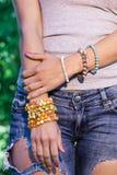 Buntes Armband auf einer Hand der Frauen Stockfoto