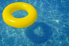 Buntes aufblasbares Rohr, das in Swimmingpool schwimmt Lizenzfreies Stockbild