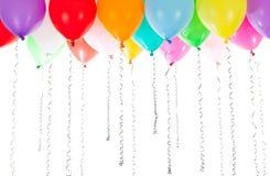 Buntes Ballonhelium gefüllt auf weißen Hintergrund lizenzfreies stockfoto