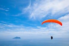 Buntes Bedeutungssegelflugzeug im Himmel Stockfoto