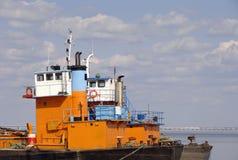 Buntes befestigtes Frachtschiff im Kanal Stockfotografie