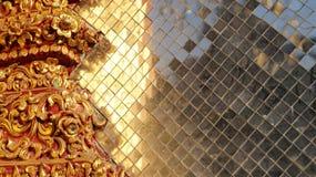 Buntes beflecktes goldenes Glas, thailändische Tempelelemente Lizenzfreie Stockbilder